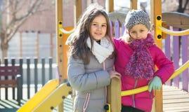 Dos muchachas en el patio urbano Fotos de archivo libres de regalías