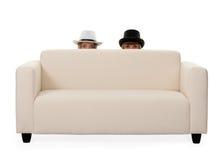 Dos muchachas en el sofá Fotos de archivo libres de regalías
