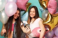 Dos muchachas en equipo elegante del verano, los vidrios de papel y el bal del aire Fotografía de archivo libre de regalías