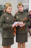 Dos muchachas en la alineada militar Fotografía de archivo libre de regalías