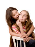 Dos muchachas en la edad de diez manos del abarcamiento Foto de archivo libre de regalías