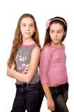 Dos muchachas en la edad de diez y once que se colocan Imagen de archivo libre de regalías