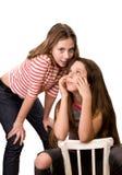 Dos muchachas en la edad de once aisladas en blanco Imagenes de archivo
