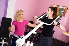 Dos muchachas en la gimnasia Imagenes de archivo