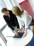 Dos muchachas en la oficina fotografía de archivo libre de regalías