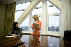 Dos muchachas en la oficina, protuberancia y secretaria Imagenes de archivo