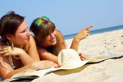 Dos muchachas en la playa Fotos de archivo