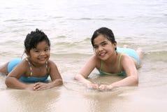 Dos muchachas en la playa Foto de archivo libre de regalías