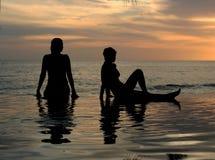 Dos muchachas en la playa Imagen de archivo