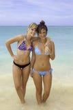 Dos muchachas en la playa Imagenes de archivo