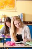 Dos muchachas en la sala de clase Imagenes de archivo