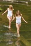 Dos muchachas en las camisetas blancas Imagen de archivo libre de regalías