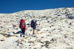 Dos muchachas en las montañas Imagen de archivo