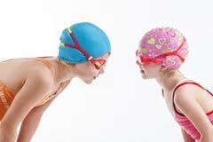 Dos muchachas en mirada de los trajes de natación en uno a Foto de archivo libre de regalías