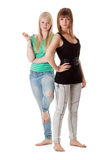 Dos muchachas en pantalones vaqueros Imágenes de archivo libres de regalías