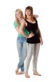 Dos muchachas en pantalones vaqueros Fotografía de archivo