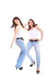 Dos muchachas en pantalones vaqueros y la camiseta blanca Fotos de archivo libres de regalías