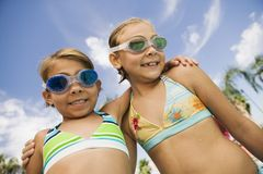 Dos muchachas (7-9) en retrato del traje de baño. Imágenes de archivo libres de regalías