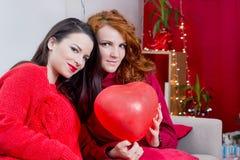Dos muchachas en rojo Foto de archivo libre de regalías