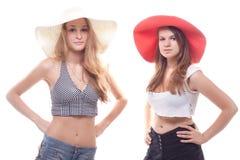 Dos muchachas en sombreros del verano Foto de archivo