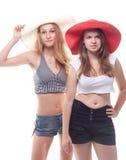 Dos muchachas en sombreros del verano Fotos de archivo libres de regalías