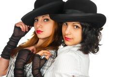Dos muchachas en sombreros y guantes imagenes de archivo