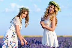 Dos muchachas en un campo de la lavanda Fotografía de archivo