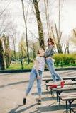 Dos muchachas en un parque del verano fotos de archivo