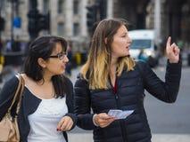 Dos muchachas en un viaje de visita turística de excursión a Londres Fotos de archivo