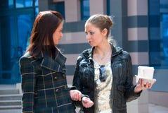Dos muchachas en una calle con café Fotografía de archivo