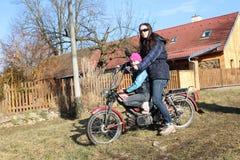 Dos muchachas en una moto Fotografía de archivo libre de regalías