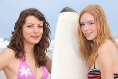 Dos muchachas en una playa Foto de archivo