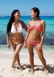Dos muchachas en una playa Foto de archivo libre de regalías