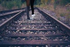Dos muchachas en vías del tren junto Foto de archivo