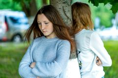 Dos muchachas en verano en el parque El concepto de amigos en una pelea, adolescente de la escuela del problema Emociones del con Imagen de archivo