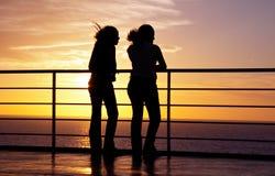 Dos muchachas ennegrecen la silueta Foto de archivo libre de regalías