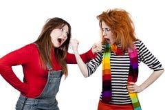 Dos muchachas enojadas divertidas. Imagenes de archivo