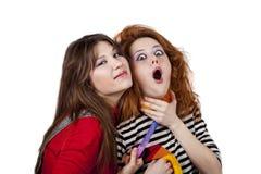 Dos muchachas enojadas divertidas. Foto de archivo libre de regalías
