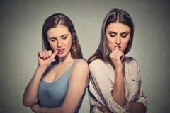 Dos muchachas enojadas que pasan con un conflicto Imagenes de archivo