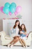 Dos muchachas están celebrando cumpleaños Imagen de archivo libre de regalías