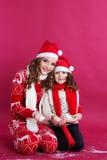 Dos muchachas están llevando la ropa del invierno en estudio Fotografía de archivo libre de regalías