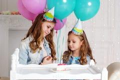 Dos muchachas están teniendo fiesta de cumpleaños Fotos de archivo libres de regalías