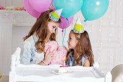 Dos muchachas están teniendo fiesta de cumpleaños en casa Fotografía de archivo libre de regalías