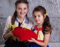 Dos muchachas felices con el pollo del bebé Fotografía de archivo libre de regalías