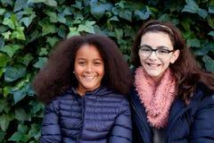 Dos muchachas felices en el parque Imagen de archivo libre de regalías