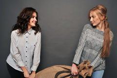 Dos muchachas felices y bolso insidioso de la fricción Imagen de archivo libre de regalías