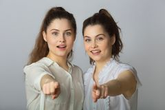 Dos muchachas gemelas de las hermanas hermosas en las blusas blancas Fotos de archivo libres de regalías