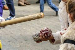 Dos muchachas hacen las bolas de una cera, goteando de una vela en una procesión de la semana santa en Huelva, España fotos de archivo libres de regalías