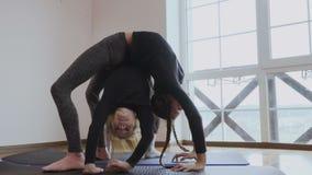 Dos muchachas hacen que un puente presenta uno debajo de otro almacen de metraje de vídeo