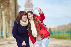 Dos muchachas hermosas alegres en París que toma el selfie Imagen de archivo
